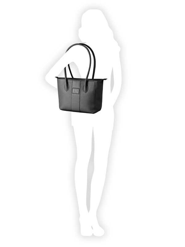 borsa in pelle nera indossata