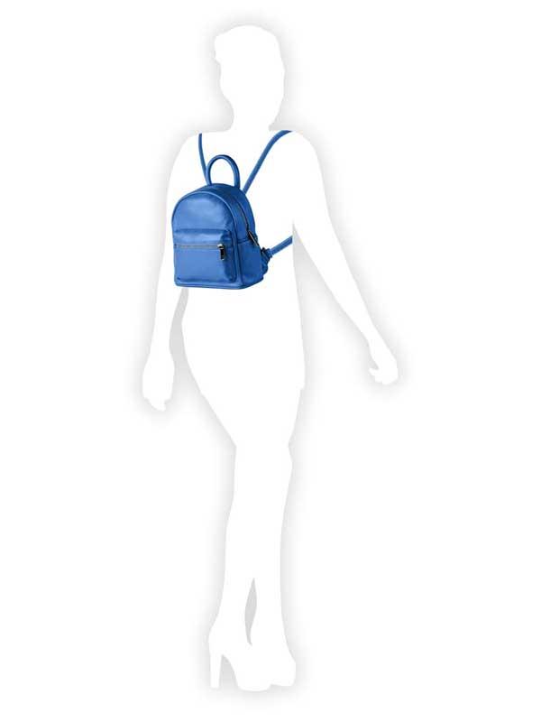 zainetto blu indossato