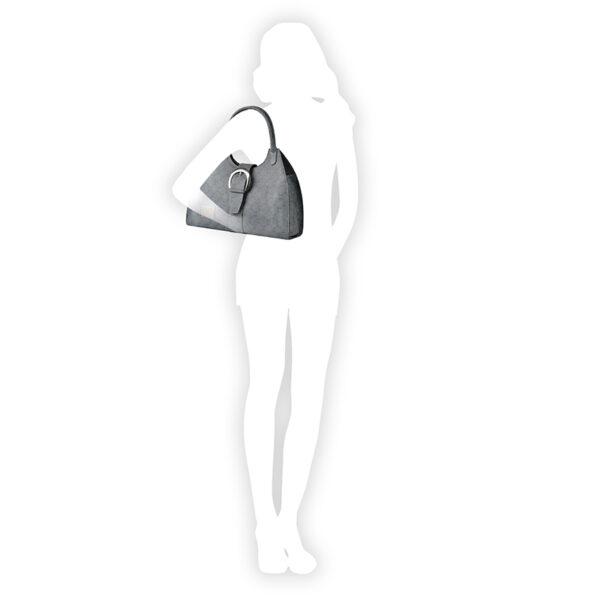 borsa a spalla in pelle indossata